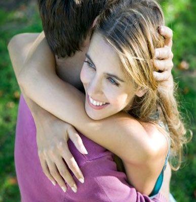 Neden hep çirkin erkeklerin yanında güzel kadınlar var?   Psikolog Viren Swami'ye göre bunun bilinen bir nedeni yok. Sadece varsayımlara göre açıklamak gerekirse; güzel kadınlar, hayatları boyunca çok fazla şeye kafa yormuyorlar.   Çoğunlukla iyi bir aileden geliyorlar. Sağlıklı beslendikleri ve bakımlı oldukları için güzel görünüyorlar. Belli bir yaşa geldiklerinde bir anda her şeyin başkaları tarafından yapıldığını fark ediyorlar.   Sonra da kendilerine ilgi gösteren, her işine koşan, deli gibi âşık erkeklerin yanında kendilerini babası gibi rahat ve emniyette hissediyorlar.    Anasayfaya geri dön